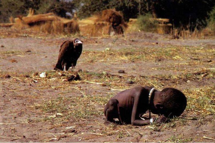 Buitre y niño africano desnutrido fotografía famosa